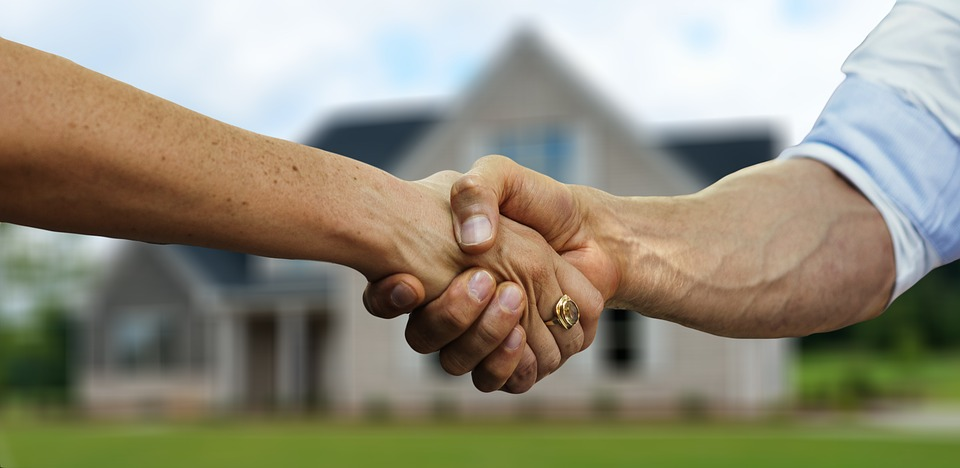 two people shaking hands, following the conclusion of a real estate sale in Mexico